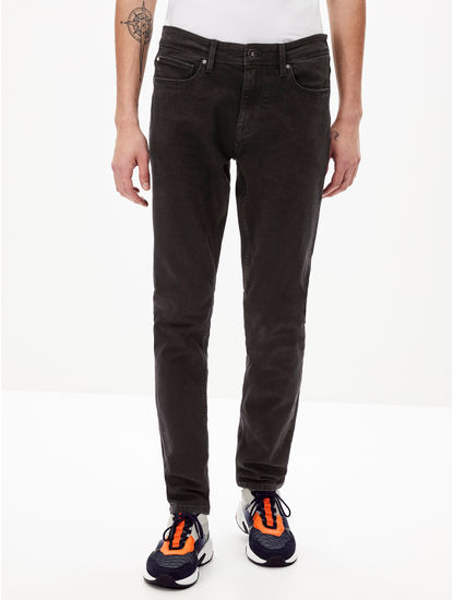 Black Solid Slim Fit Tapered Jeans